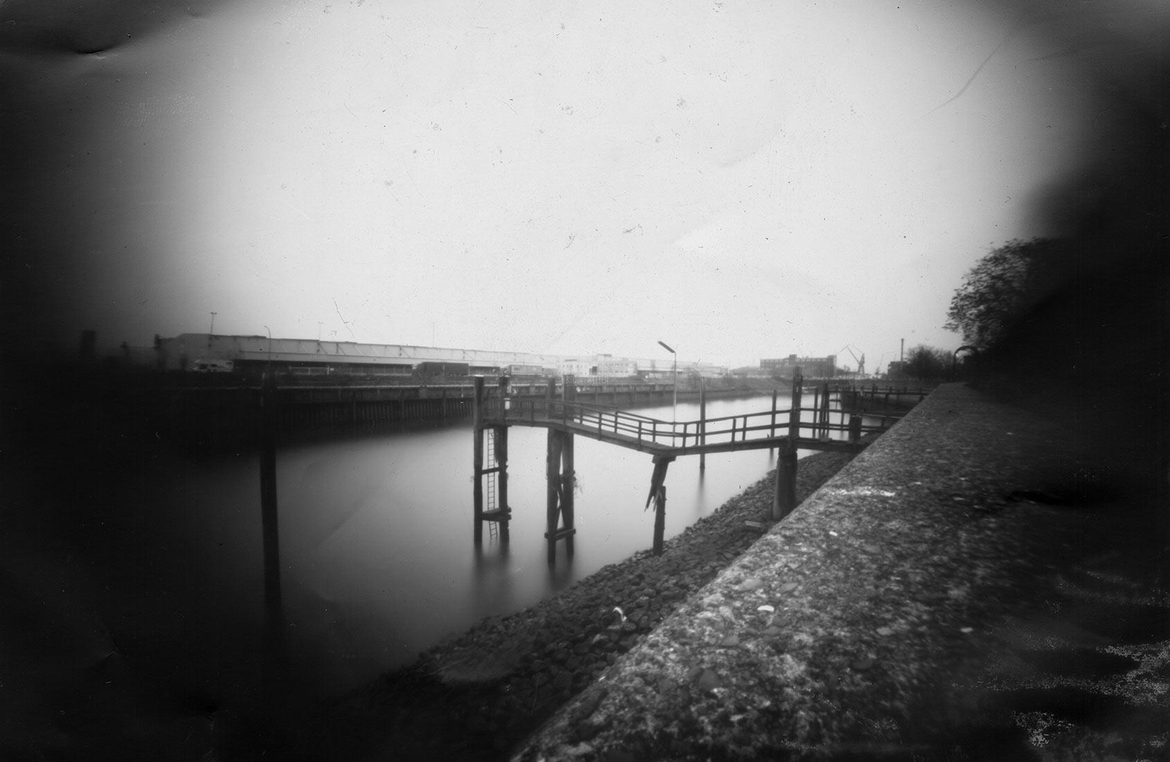 Alter Steg am Fährkanal Hamburg Lochkamera