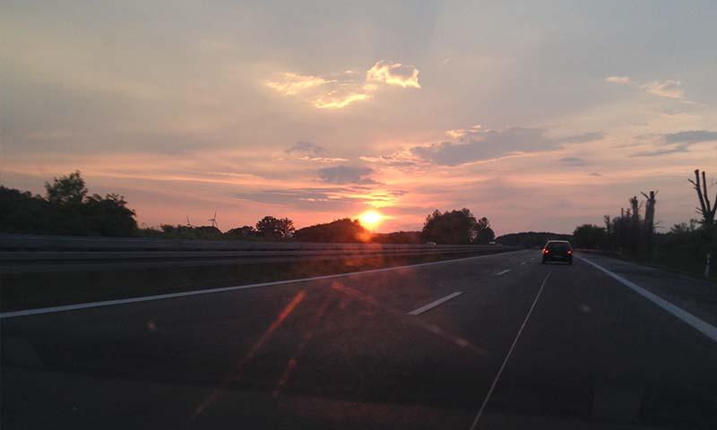 orange Sonne erleuchtet Autobahn