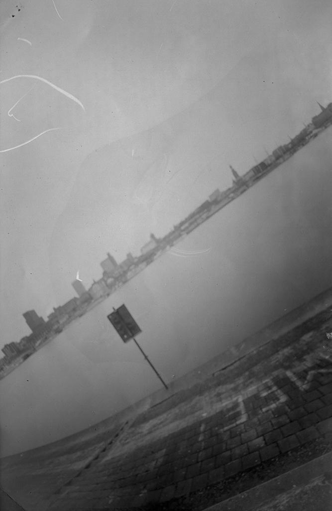 Skyline von Hamburg mit Elbe fotografiert mit einer Pinhole-Kamera