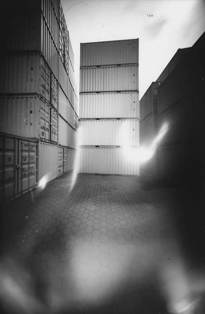 Containerwald fotografiert mit einer Camera Obscura