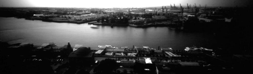 Die Landungsbrücken Hamburg von bben fotografiert mit einer Lochkamera