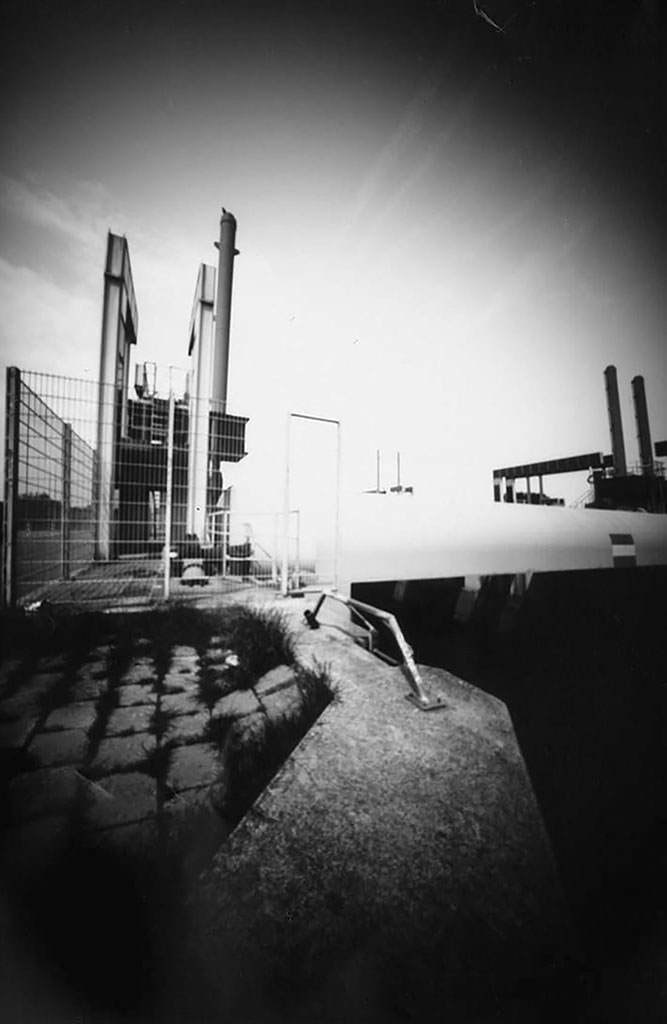 Sperrwerk Billwerder Bucht fotografiert mit einer Lochkamera auf Papiernegativ