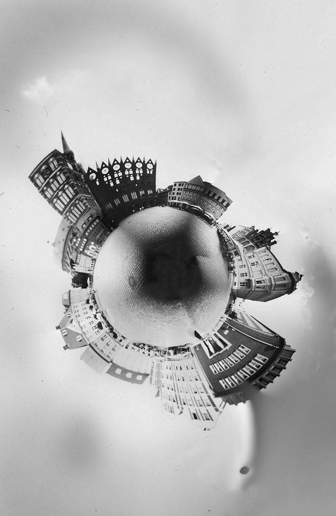 Alter Markt Stralsund fotografiert mit einer Lochkamera und zu einem Planeten gewölbt