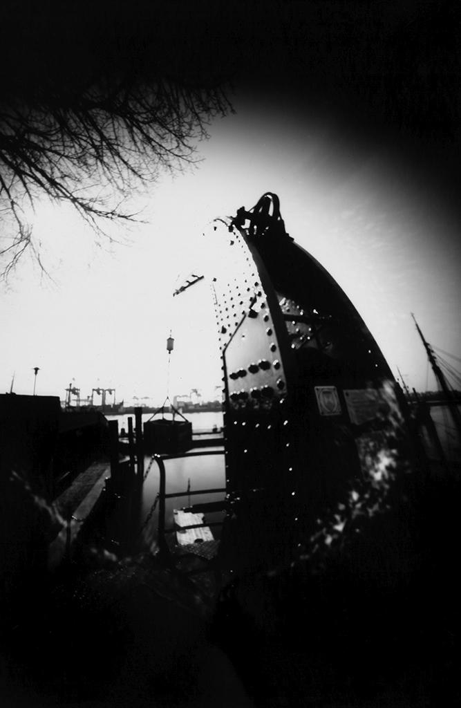 Alter Stückgutkran Hamburg Övelgönne fotografiert mit einer selbstgebauten Dosenkamera