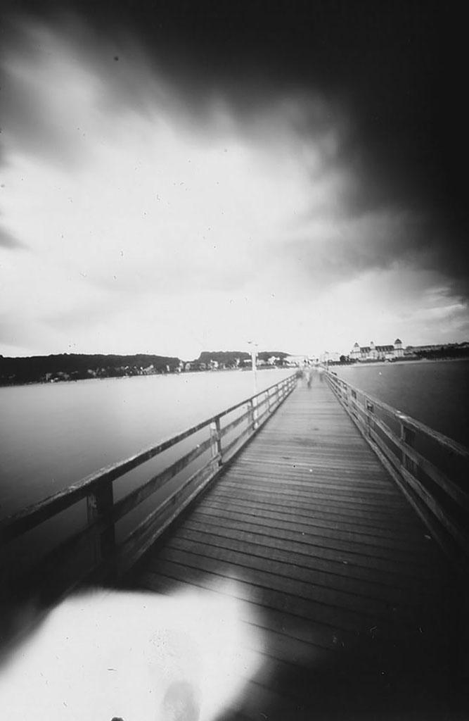 Seebrücke Binz fotografiert mit einer Lochkamera auf Papiernegativ