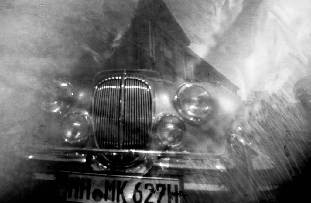 Daimler MK2 fotografiert mit einer Lochkamera auf Papiernegativ