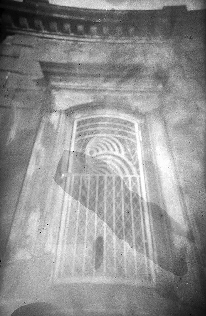Das Dampfboot Wartezimmer Lombardsbrücke Hamburg fotografiert mit einer Camera Obscura auf Papiernegativ