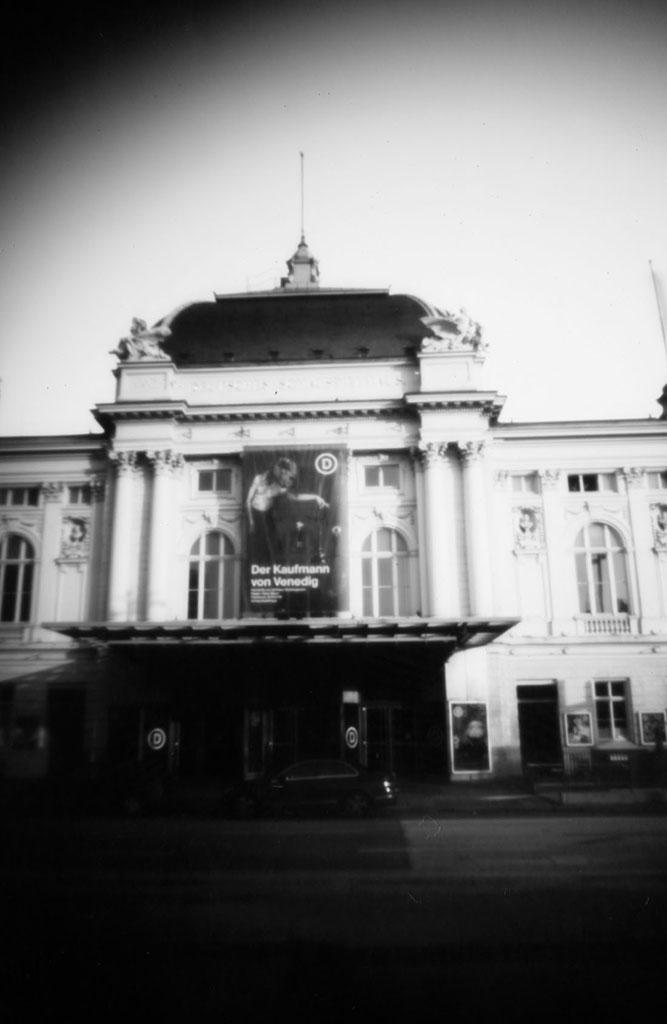 Das Deutsches Schauspielhaus Hamburg fotografiert mit einer Keksdosen-Lochkamera