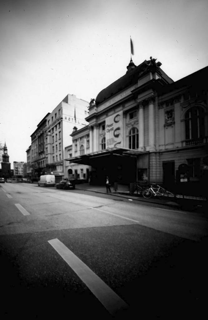 Das Deutsches Schauspielhaus Hamburg seitlich fotografiert mit einer Pinhole-Kamera