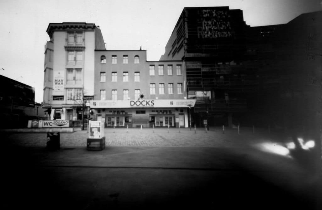 Das Docks Hamburg fotografiert mit einer Blechdosenkamera auf Papiernegativ