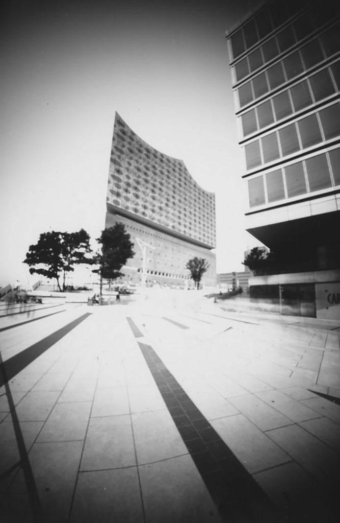 Die Elbphilharmonie fotografiert mit einer Lochkamera auf Papiernegativ