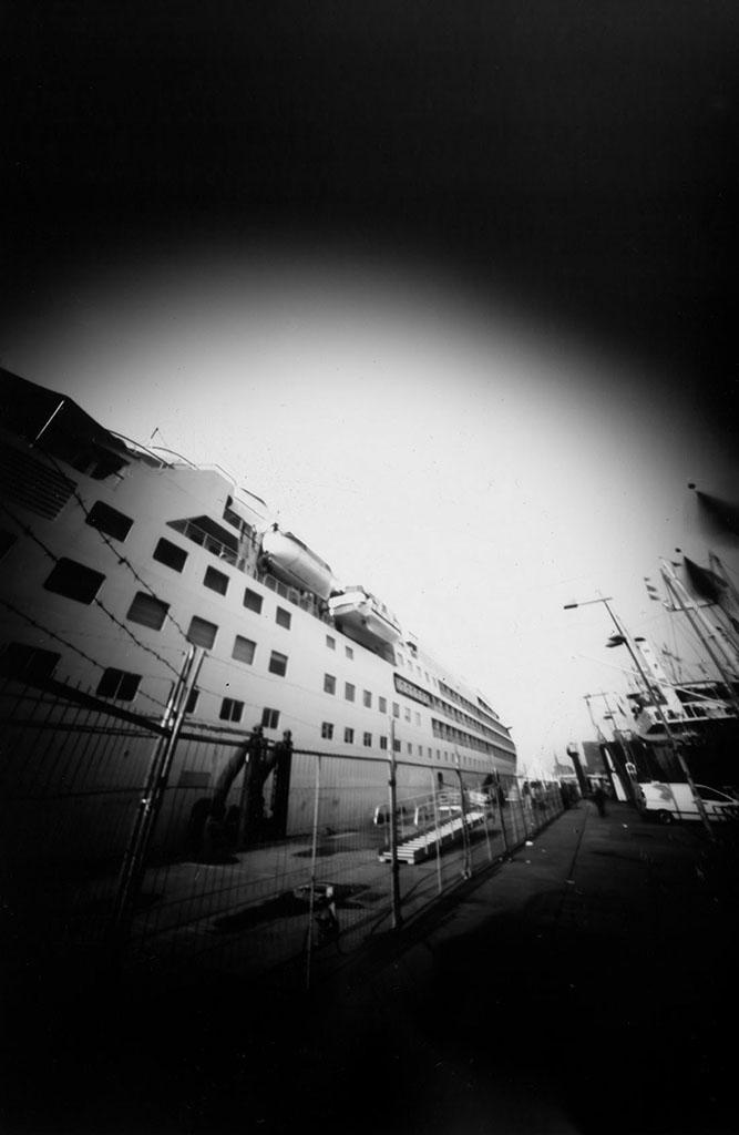 Das Kreuzfahrtschiff Silver Wind aufgenommen mit einer Lochkamera auf Papiernegativ