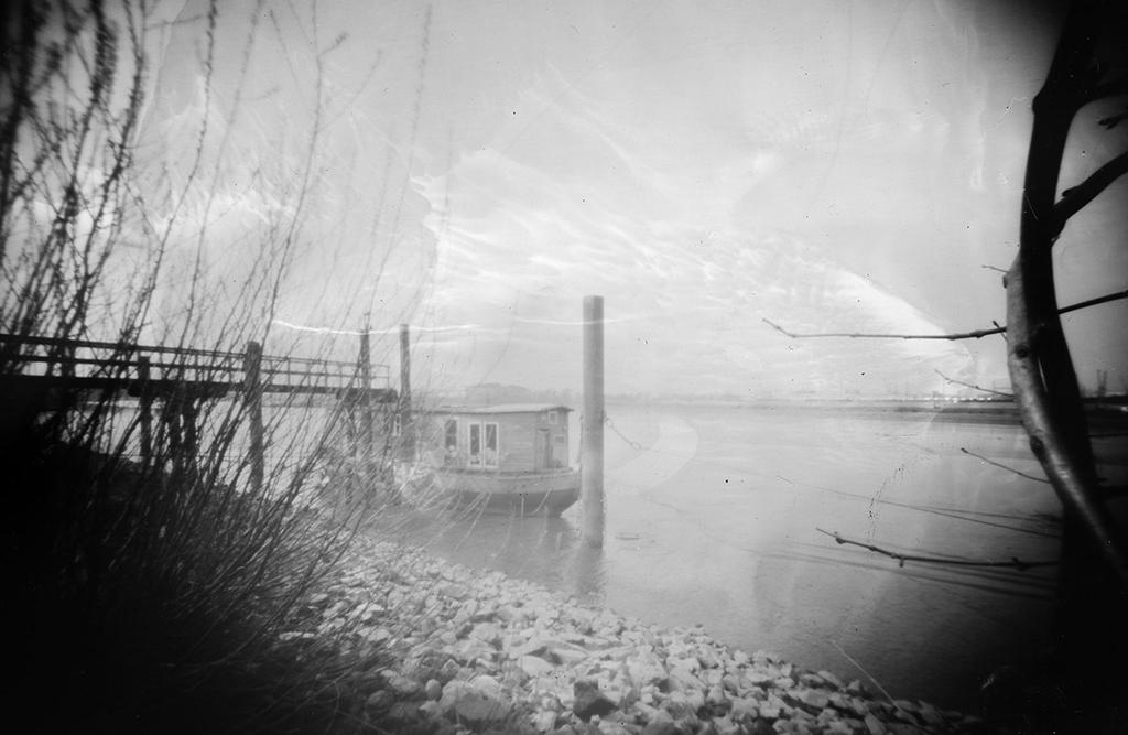 Hausboot fotografiert mit einer Lochkamera auf Papiernegativ