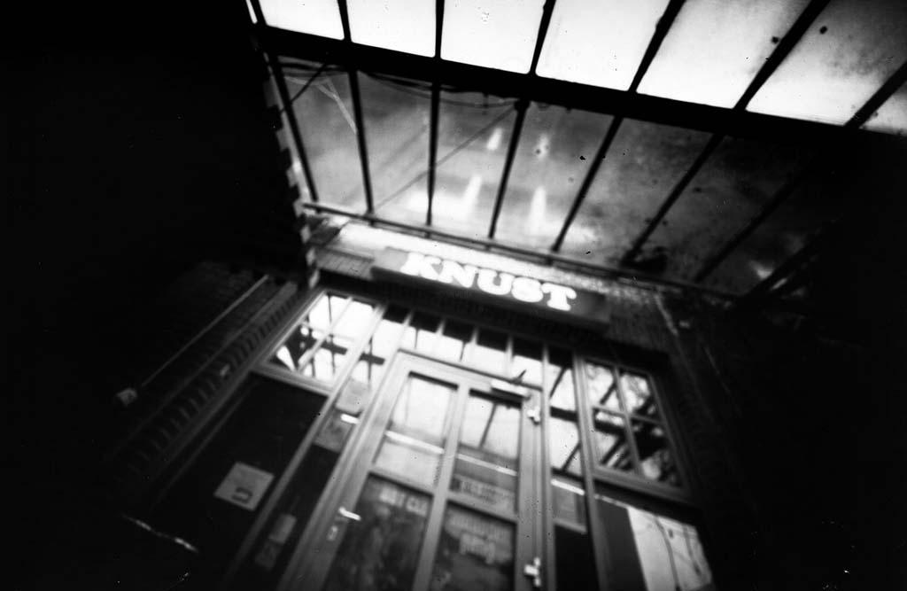 Der Eingang des Knust in Hamburg fotografiert mit einer Lochkamera