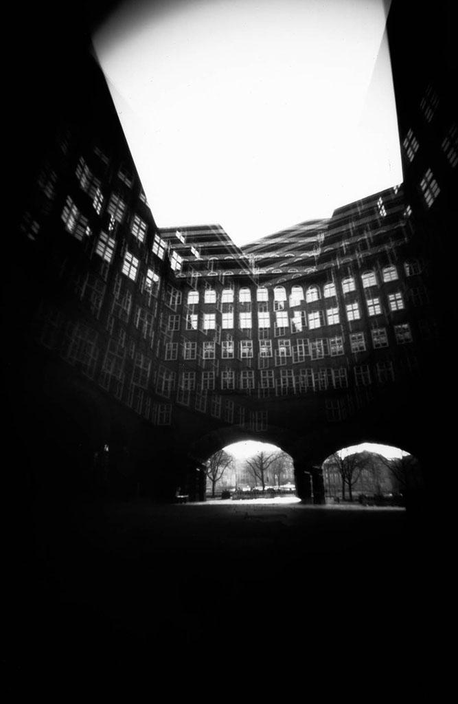 Doppelbelichtung Kontorhaus Hamburg fotografiert mit einer Camera Obscura