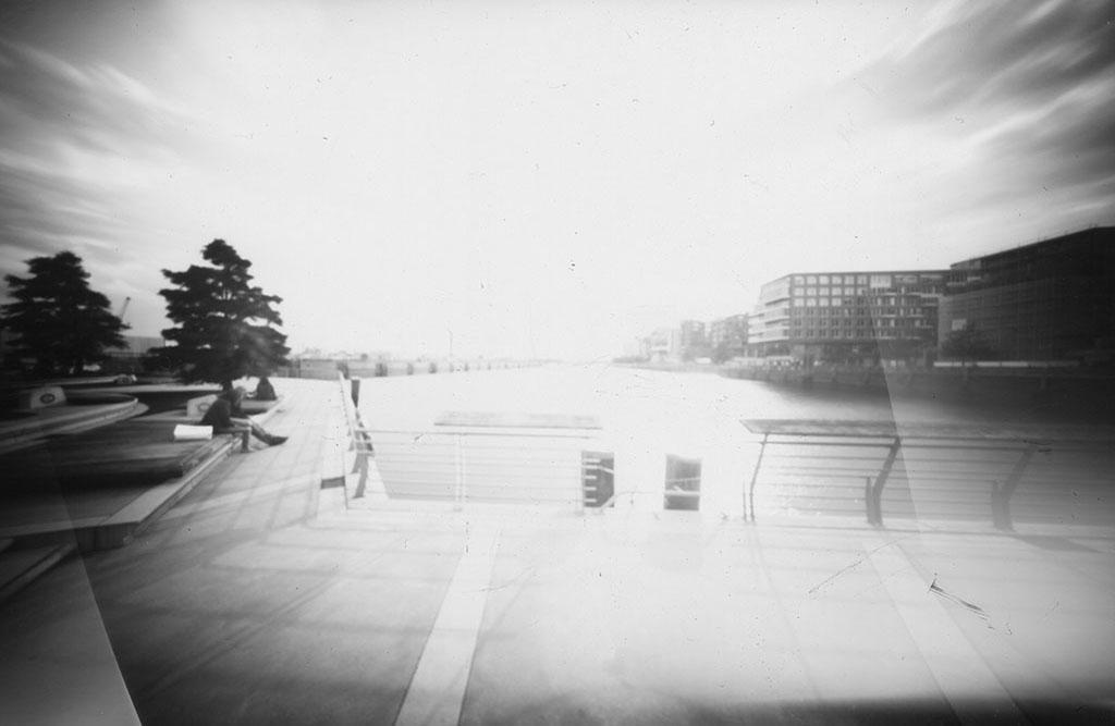 Die Marco-Polo-Terrassen Hamburg fotografiert mit einer Lochkamera auf Papiernegativ