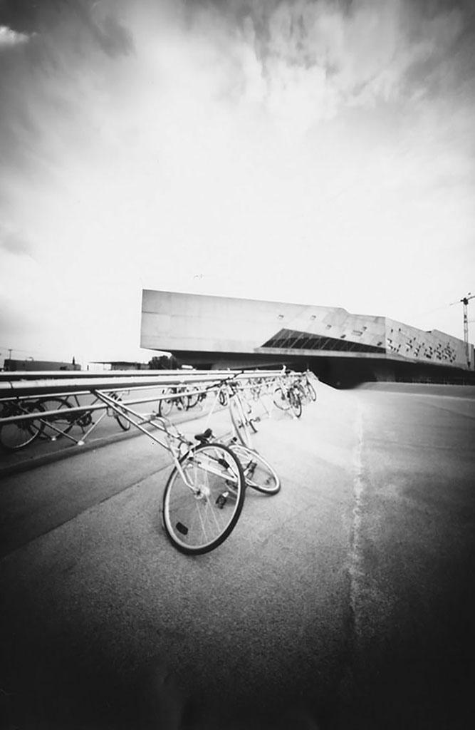 Phaeno in Wolfsburg hinter Fahrrädern fotografiert mit einer Keksdose
