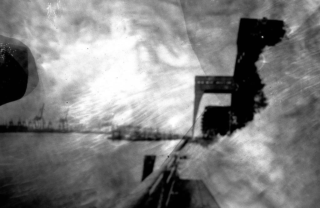 Neue Schlepperbrücke Hamburg fotografiert mit einer Lochkamera auf Papiernegativ