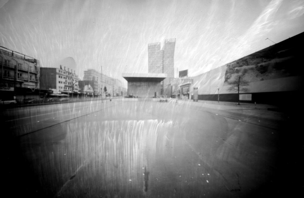 Der Spielbudenplatz Hamburg in Richtung Tanzende Türme mit Schlierenbildung, fotografiert mit einer Keksdose auf Papiernegativ