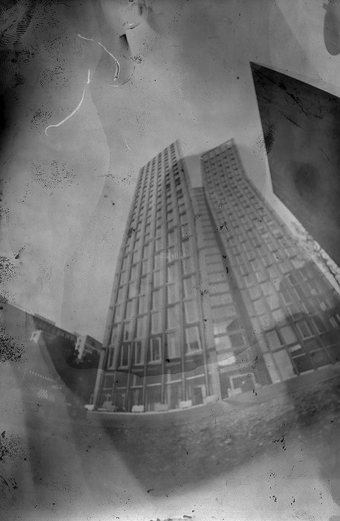 Tanzende Türme Hamburg von unten fotografiert mit einer Pinhole-Kamera