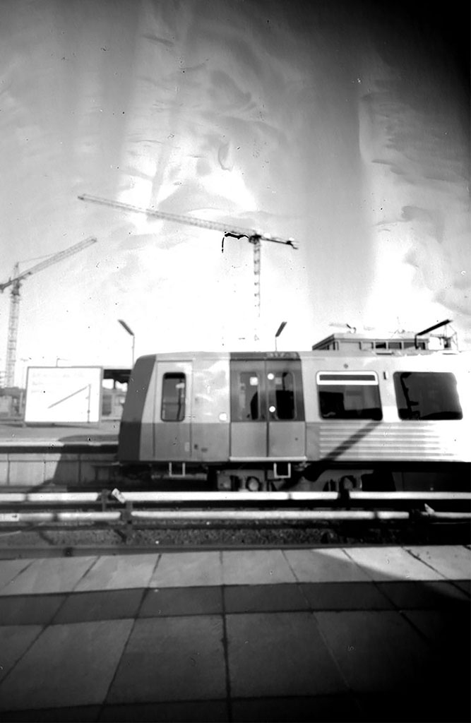Hamburger U-Bahn-DT5 fotografiert mit einer Lochkamera auf Papiernegativ